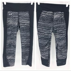 UNDER ARMOUR BLACK AND WHITE PATTERNED MESH CROPS